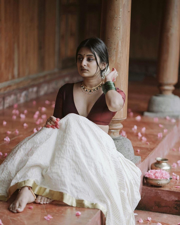 Esther-Anil-Glamorous-Photoshoot-9
